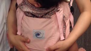 赤ちゃん抱っこで親指や手首が痛いお母さんは、必見です!!